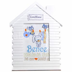Egyedi hímzett kép.ház.fiú 300x300 - Egyedi hímzett kép - nyuszis, házikó keretben