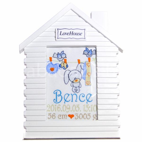 Egyedi hímzett kép.ház.fiú 600x600 - Egyedi hímzett kép - nyuszis, házikó keretben