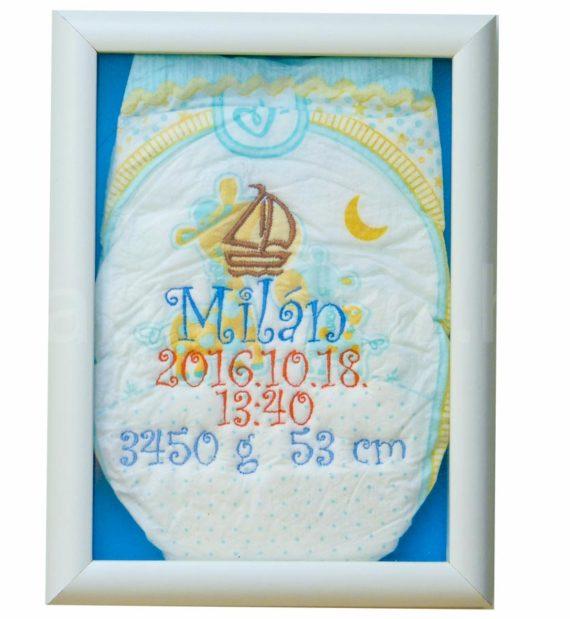 egyedi hímzett pelenka 1290584 570x619 - Többszínű hímzett pelus zárt keretben - választható színek és minta/kék háttér