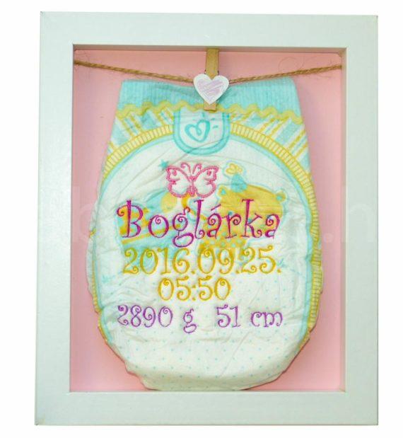 egyedi hímzett pelenka 1290599 570x619 - Többszínű hímzett pelus keretben - választható színek és minta/rózsaszín háttér